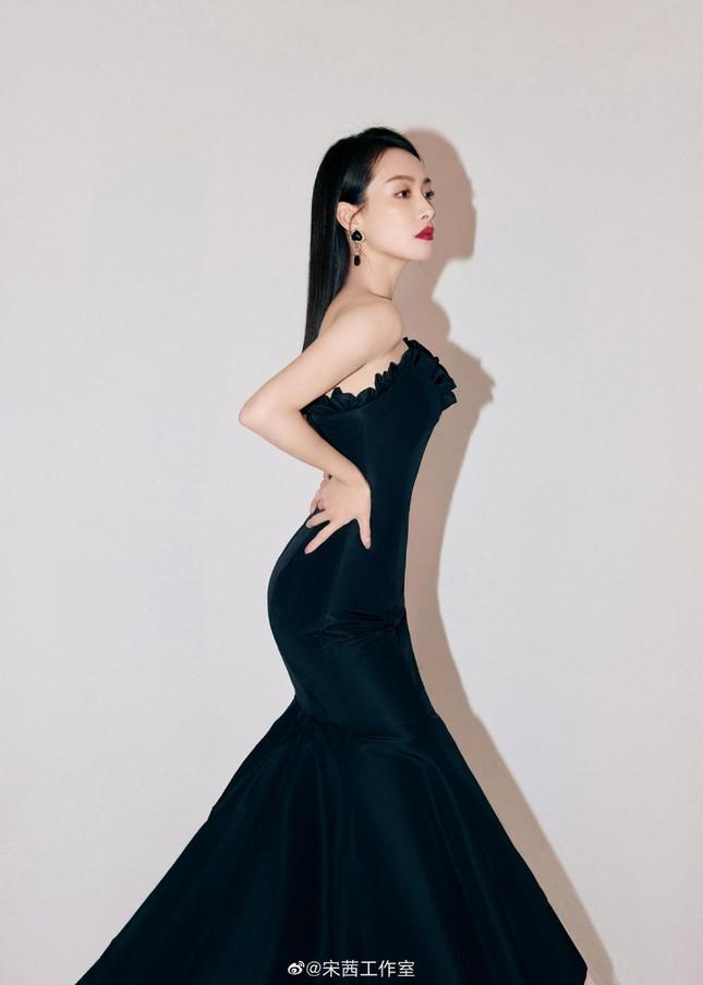 Angelababy đọ sắc Tống Thiến với đầm đen: Người lưng trần nuột nà, kẻ e ấp vòng 1 ảnh 10