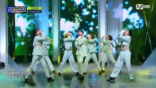 Nhóm nhạc nam Hàn Quốc thực hiện vũ đạo gợi dục gây sốc ảnh 1