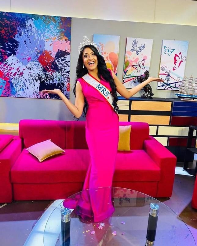 Hoa hậu Quý bà Thế giới 2020 trả vương miện sau khi bị bắt ảnh 1
