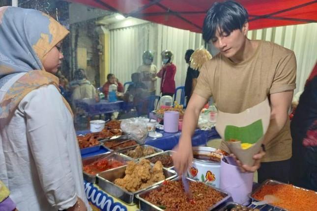 Chàng trai bán cơm bất ngờ nổi tiếng vì giống Lee Min Ho ảnh 1
