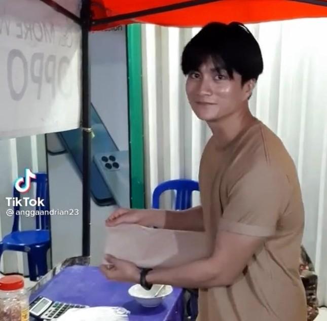 Chàng trai bán cơm bất ngờ nổi tiếng vì giống Lee Min Ho ảnh 2