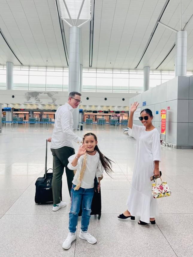 Đoan Trang theo chồng Tây ra nước ngoài sinh sống, mẹ ruột rưng rưng nước mắt ảnh 1