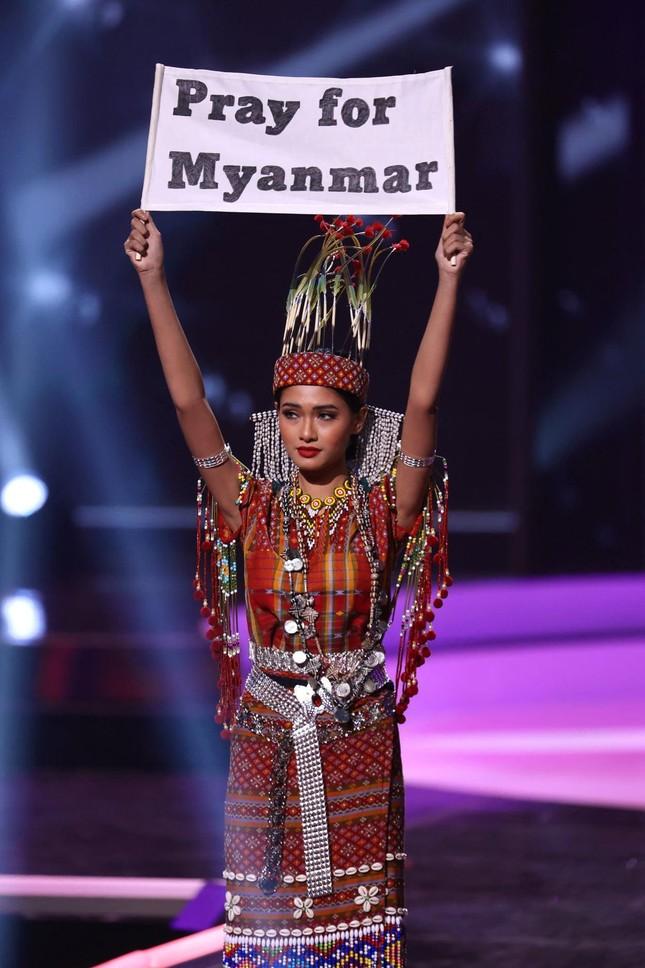 Rộ tin Hoa hậu Hoàn vũ Myanmar bị truy nã khẩn cấp sau khi 'cầu cứu' tại Miss Universe ảnh 1