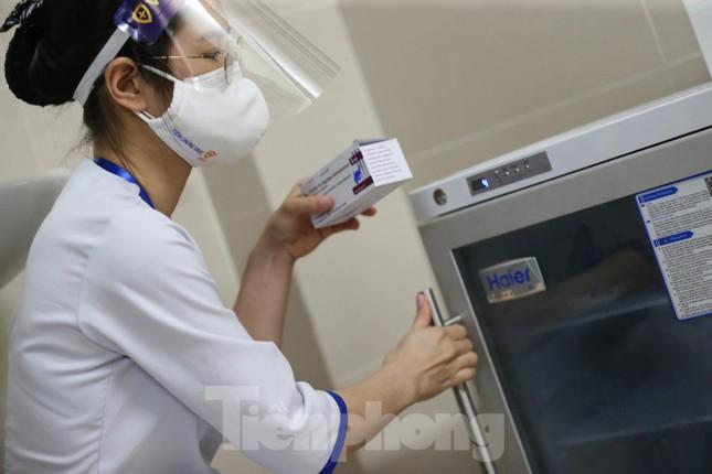 Cận cảnh tiêm vắc xin ngừa COVID-19 tại Bệnh viện Thanh Nhàn Hà Nội ảnh 4
