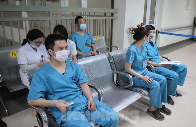 Cận cảnh tiêm vắc xin ngừa COVID-19 tại Bệnh viện Thanh Nhàn Hà Nội ảnh 5