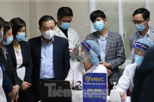 Cận cảnh tiêm vắc xin ngừa COVID-19 tại Bệnh viện Thanh Nhàn Hà Nội ảnh 6