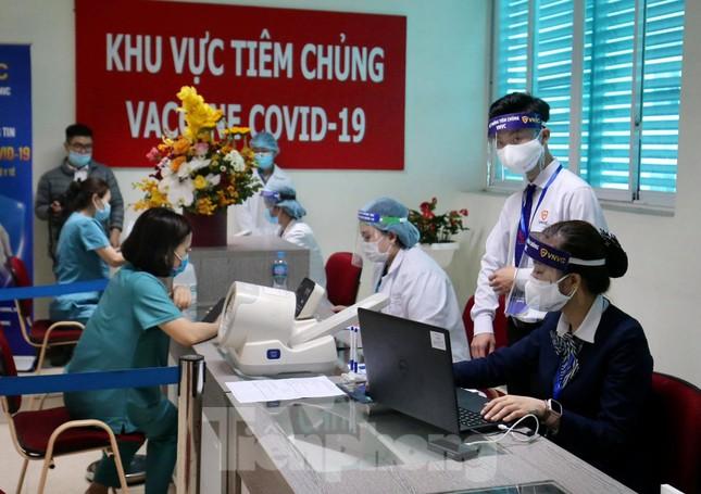 Cận cảnh tiêm vắc xin ngừa COVID-19 tại Bệnh viện Thanh Nhàn Hà Nội ảnh 1