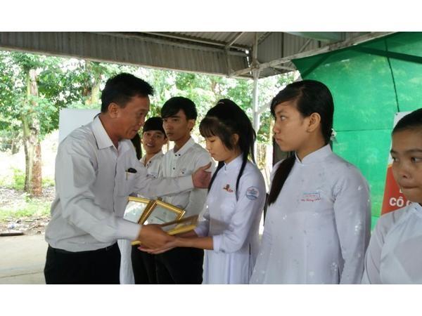 Trao tặng 160 suất học bổng cho học sinh nghèo Đồng Tháp ảnh 2