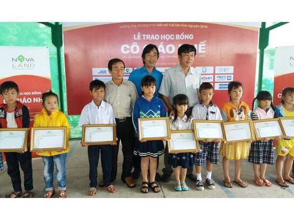Trao tặng 160 suất học bổng cho học sinh nghèo Đồng Tháp ảnh 1