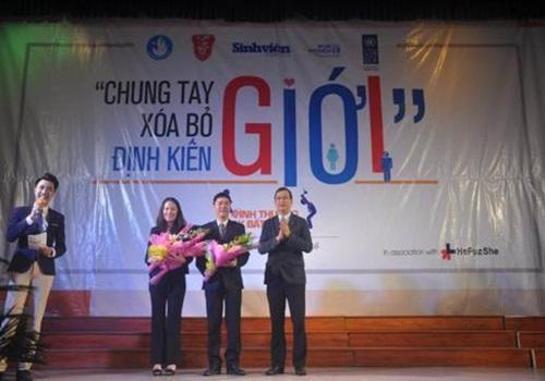 Đại diện lãnh đạo ĐH Huế tặng hoa cảm ơn đại diện hai đơn vị phối hợp tổ chức chương trình là báo Sinh Viên Việt Nam và UNDP.