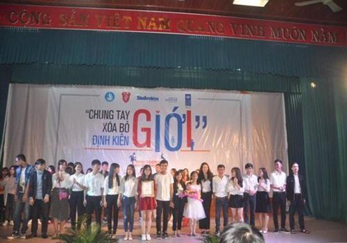 Bà Bùi Phương Trà – Đại diện UNDP trao giải nhất cho trường ĐH Sư phạm Huế.