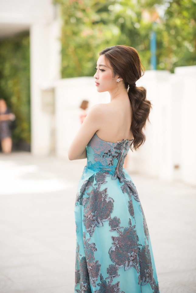 Ngắm vẻ đẹp tinh khôi của Hoa hậu Mỹ Linh trong chiếc đầm của NTK Hoàng Hải ảnh 1