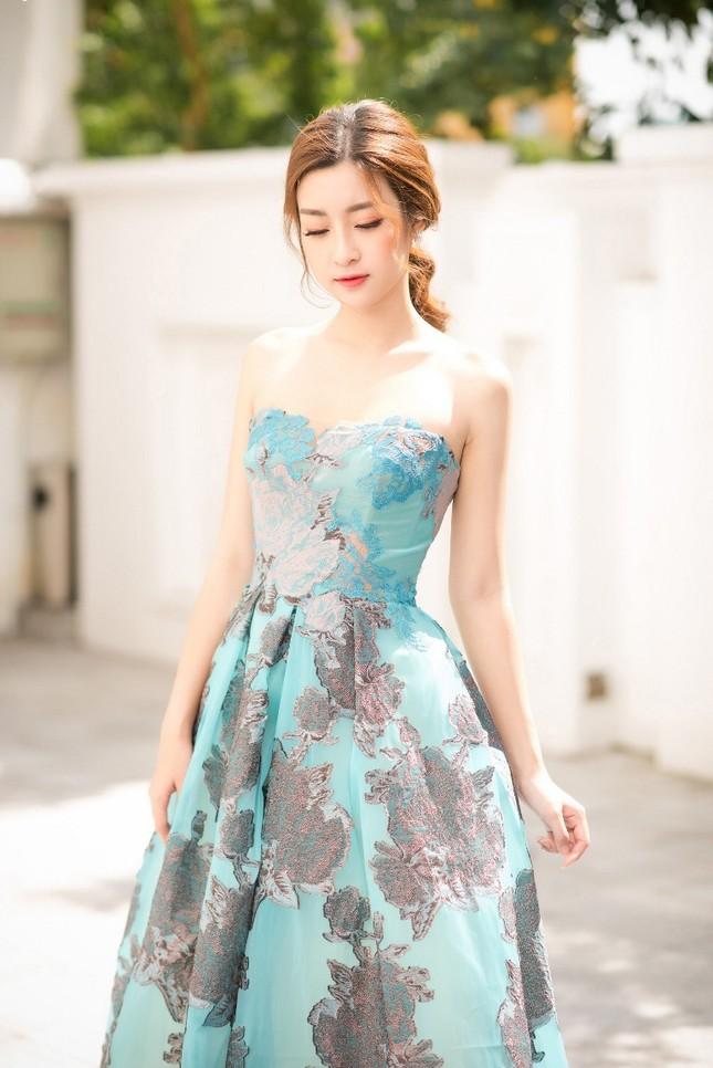 Ngắm vẻ đẹp tinh khôi của Hoa hậu Mỹ Linh trong chiếc đầm của NTK Hoàng Hải ảnh 3