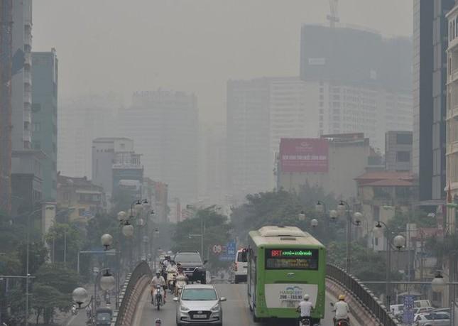 """Cứ ngỡ sương mù mùa Thu, hoá ra Hà Nội đang """"mù mịt"""" trong... khói bụi ảnh 3"""