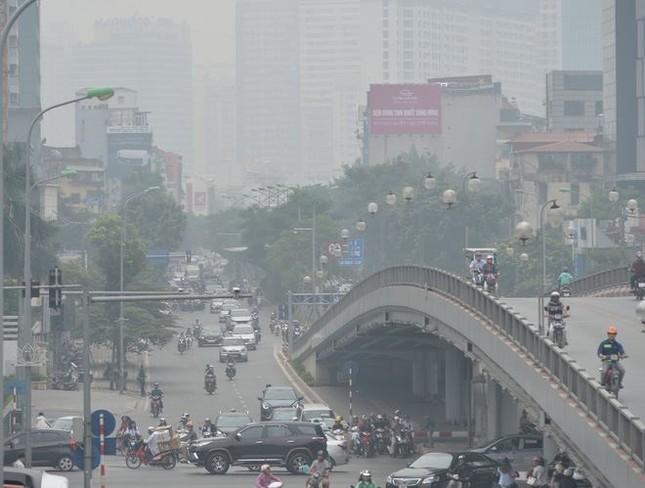 """Cứ ngỡ sương mù mùa Thu, hoá ra Hà Nội đang """"mù mịt"""" trong... khói bụi ảnh 2"""