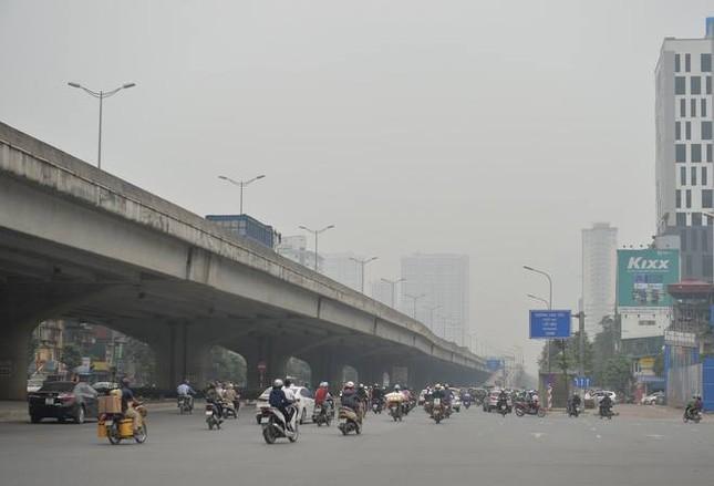 """Cứ ngỡ sương mù mùa Thu, hoá ra Hà Nội đang """"mù mịt"""" trong... khói bụi ảnh 1"""