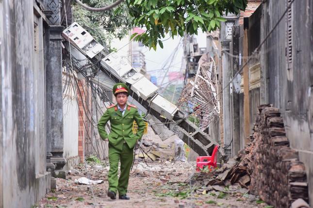 Bắc Ninh: Nổ kho phế liệu, hai em nhỏ tử vong, nhiều nhà nát vụn, vỏ đạn bay khắp làng ảnh 3