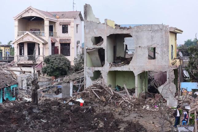 Bắc Ninh: Nổ kho phế liệu, hai em nhỏ tử vong, nhiều nhà nát vụn, vỏ đạn bay khắp làng ảnh 1