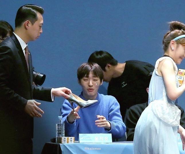 Nhờ Cinderella từ trên trời rơi xuống, Yoon Jisung (Wanna One) bất ngờ trở thành Hoàng tử ảnh 2