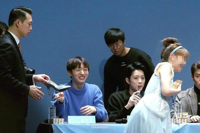 Nhờ Cinderella từ trên trời rơi xuống, Yoon Jisung (Wanna One) bất ngờ trở thành Hoàng tử ảnh 5