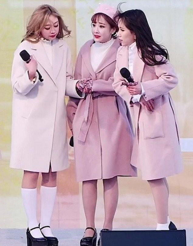 Khán giả xót xa khi nhìn Lovelyz phải mặc váy ngắn, co ro biểu diễn trong tiết trời lạnh giá ảnh 2