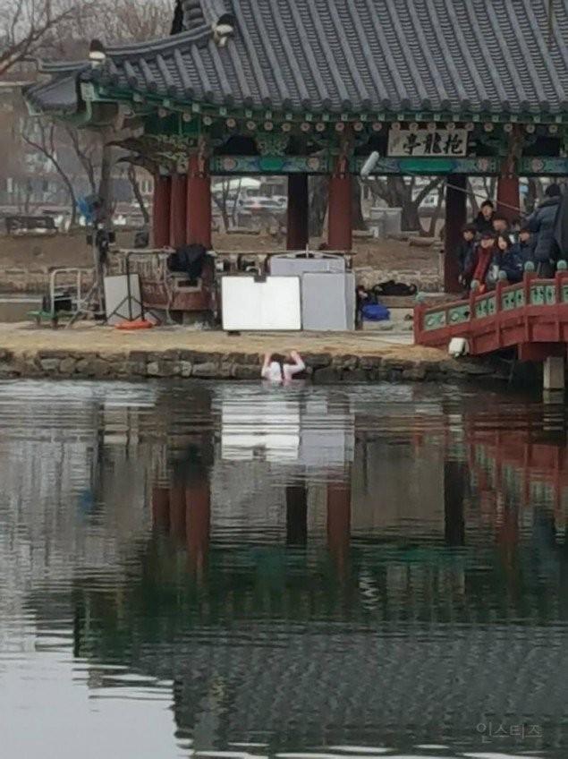 Không thể tin nổi Kim So Hyun phải ngâm mình dưới nước giữa tiết trời lạnh giá âm 10 độ ảnh 1