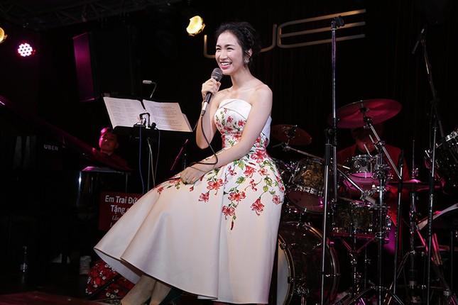 """Chứng tỏ độ """"lầy lội"""" nhất showbiz, Hoà Minzy tặng hoa dâm bụt cho khán giả tham gia đêm nhạc ảnh 2"""