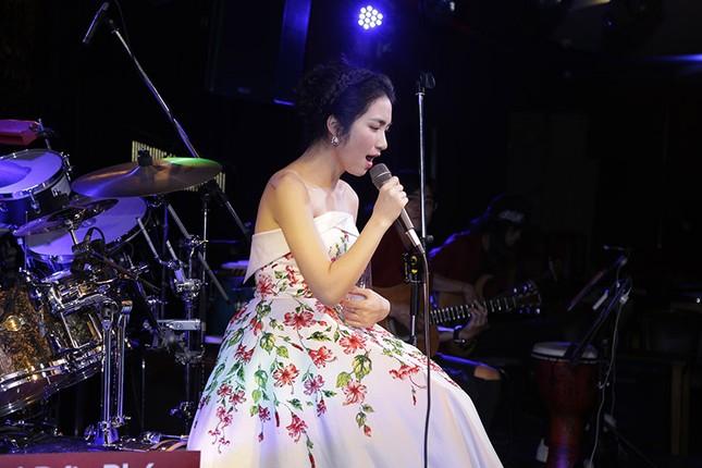 """Chứng tỏ độ """"lầy lội"""" nhất showbiz, Hoà Minzy tặng hoa dâm bụt cho khán giả tham gia đêm nhạc ảnh 3"""