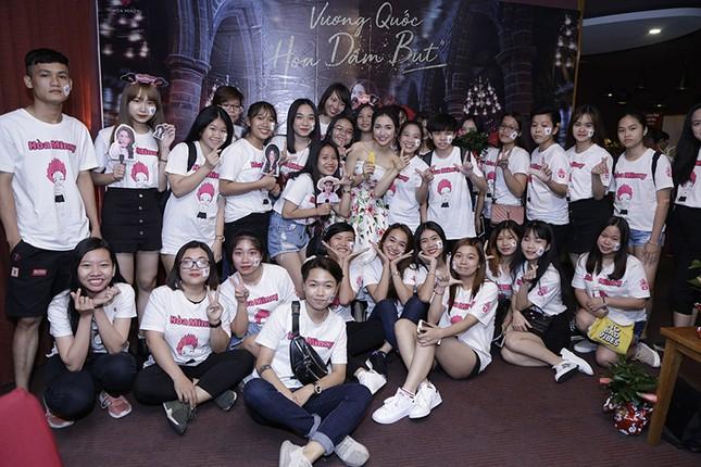 """Chứng tỏ độ """"lầy lội"""" nhất showbiz, Hoà Minzy tặng hoa dâm bụt cho khán giả tham gia đêm nhạc ảnh 4"""