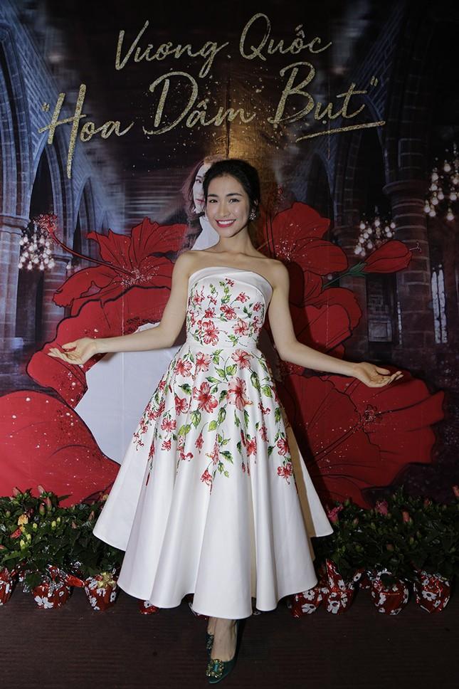 """Chứng tỏ độ """"lầy lội"""" nhất showbiz, Hoà Minzy tặng hoa dâm bụt cho khán giả tham gia đêm nhạc ảnh 1"""