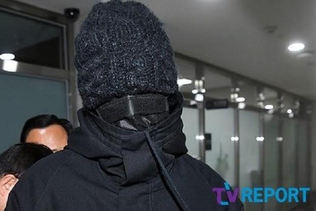 Đã ngụy trang kín mít như ninja, T.O.P (BIG BANG) vẫn bị nhận ra khi trở lại quân ngũ ảnh 1