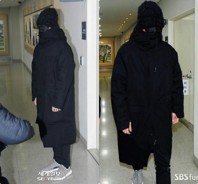 Đã ngụy trang kín mít như ninja, T.O.P (BIG BANG) vẫn bị nhận ra khi trở lại quân ngũ ảnh 2