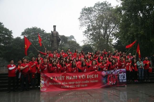 TRỰC TIẾP: Người dân Hà Nội đổ về các khu vực trung tâm xem trận chung kết U23 Việt Nam ảnh 3