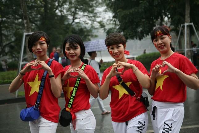 TRỰC TIẾP: Người dân Hà Nội đổ về các khu vực trung tâm xem trận chung kết U23 Việt Nam ảnh 4