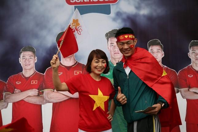 TRỰC TIẾP: Người dân Hà Nội đổ về các khu vực trung tâm xem trận chung kết U23 Việt Nam ảnh 2