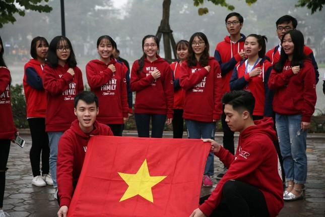 TRỰC TIẾP: Người dân Hà Nội đổ về các khu vực trung tâm xem trận chung kết U23 Việt Nam ảnh 5