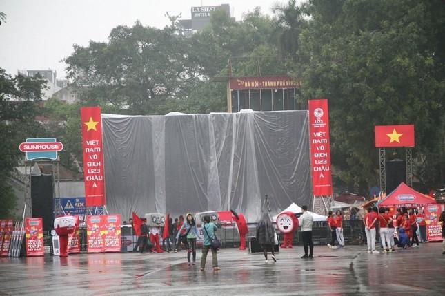 TRỰC TIẾP: Người dân Hà Nội đổ về các khu vực trung tâm xem trận chung kết U23 Việt Nam ảnh 7