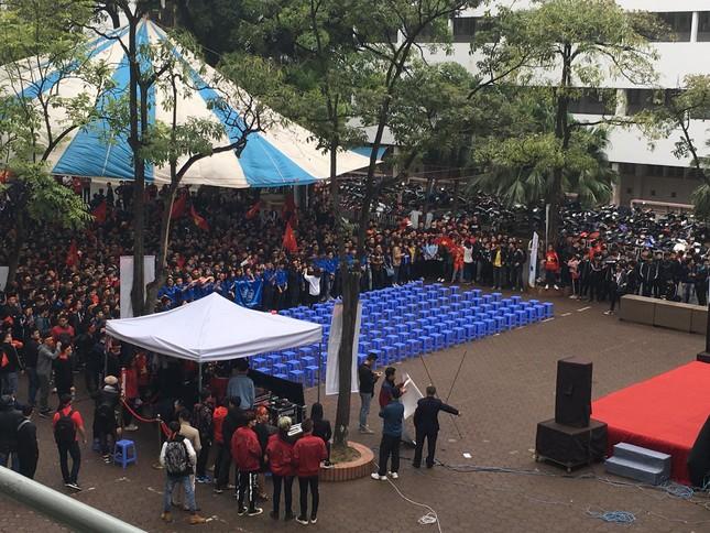 TRỰC TIẾP: Người dân Hà Nội đổ về các khu vực trung tâm xem trận chung kết U23 Việt Nam ảnh 9