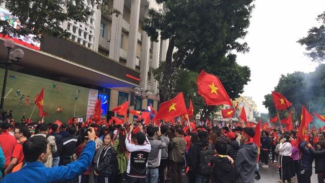 TRỰC TIẾP: Người dân Hà Nội đổ về các khu vực trung tâm xem trận chung kết U23 Việt Nam ảnh 1