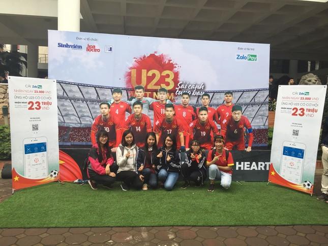 TRỰC TIẾP: Người dân Hà Nội đổ về các khu vực trung tâm xem trận chung kết U23 Việt Nam ảnh 11