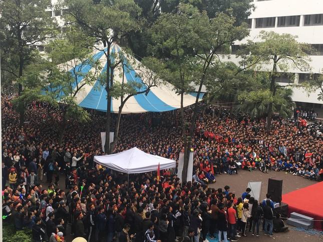 TRỰC TIẾP: Người dân Hà Nội đổ về các khu vực trung tâm xem trận chung kết U23 Việt Nam ảnh 10