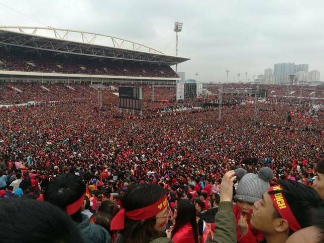TRỰC TIẾP: Người dân Hà Nội đổ về các khu vực trung tâm xem trận chung kết U23 Việt Nam ảnh 12