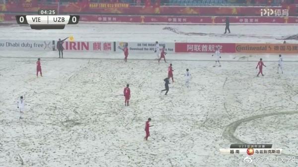 Khoảnh khắc xúc động: Văn Thanh cùng đồng đội dùng tay cào tuyết để Quang Hải ghi bàn! ảnh 1
