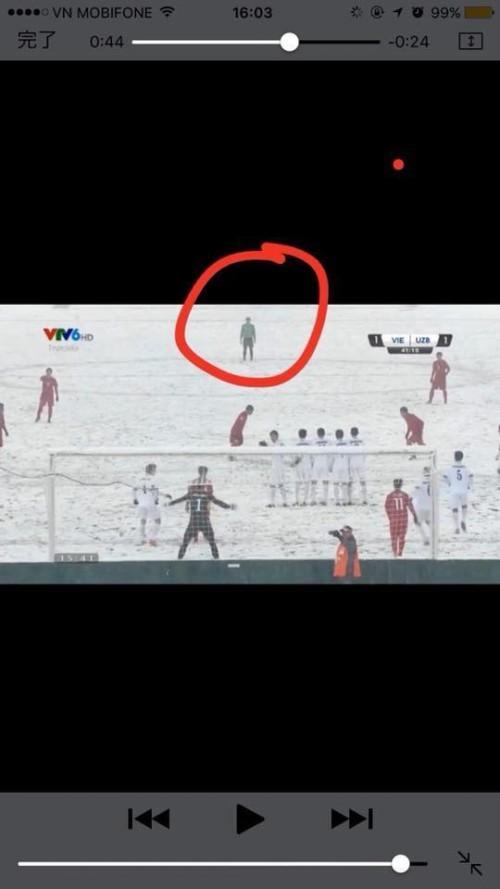 Khoảnh khắc dễ thương: Thủ môn Tiến Dũng bỏ cả khung thành để chạy tới xem Quang Hải sút phạt ảnh 2
