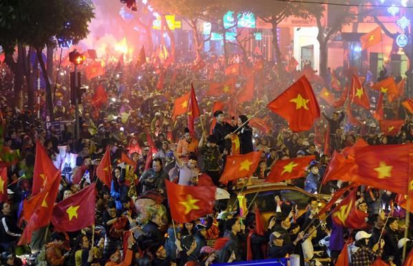 """Đường phố rợp cờ đỏ sao vàng, CĐV ùn ùn đi """"bão"""" dù U23 Việt Nam không vô địch ảnh 1"""