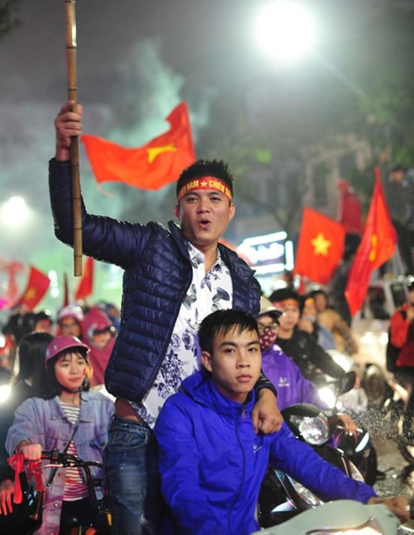 """Đường phố rợp cờ đỏ sao vàng, CĐV ùn ùn đi """"bão"""" dù U23 Việt Nam không vô địch ảnh 3"""