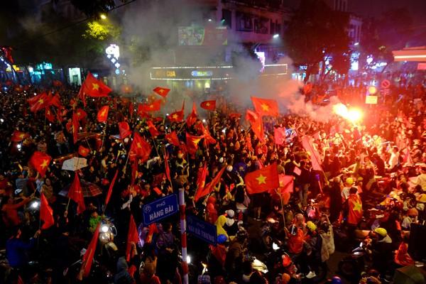 """Đường phố rợp cờ đỏ sao vàng, CĐV ùn ùn đi """"bão"""" dù U23 Việt Nam không vô địch ảnh 6"""