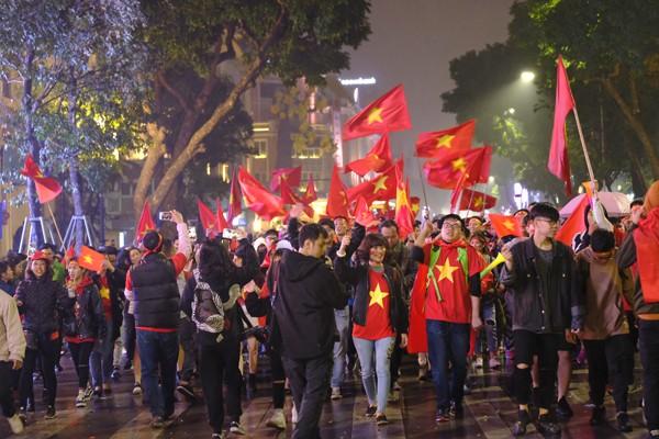 """Đường phố rợp cờ đỏ sao vàng, CĐV ùn ùn đi """"bão"""" dù U23 Việt Nam không vô địch ảnh 5"""