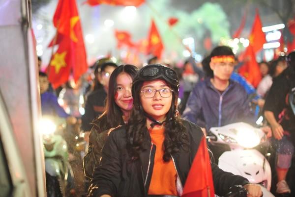 """Đường phố rợp cờ đỏ sao vàng, CĐV ùn ùn đi """"bão"""" dù U23 Việt Nam không vô địch ảnh 2"""