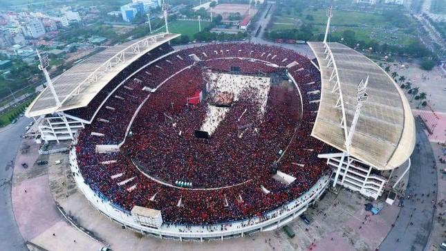 Sắc đỏ tràn ngập của người hâm mộ Việt Nam trên sân Mỹ Đình khiến truyền thông nước ngoài choáng ngộp.
